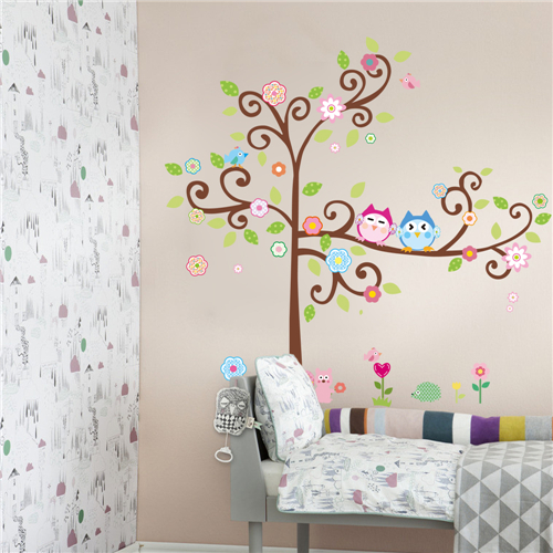 Cvetoče gozdno drevo - pisani sovici-438